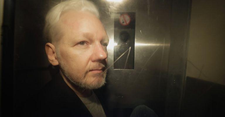 Trump ofreció indulto a Assange por negar implicación de Rusia, según testigo