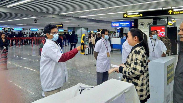 Padres abandonan a sus hijos en el aeropuerto por coronavirus