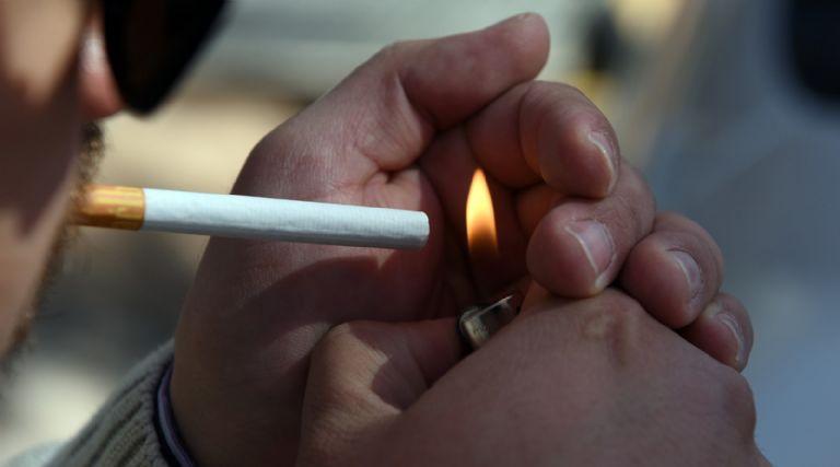 Prohíben fumar en las calles debido al covid-19 — España